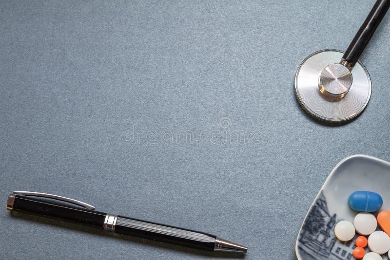 Escritorio azul neutral con algunos utensilios médicos foto de archivo libre de regalías
