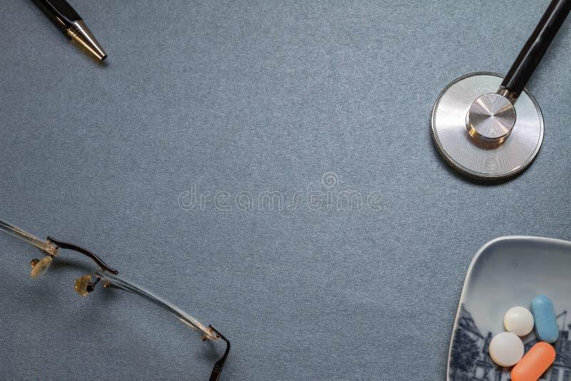 Escritorio azul neutral con algunos utensilios médicos foto de archivo