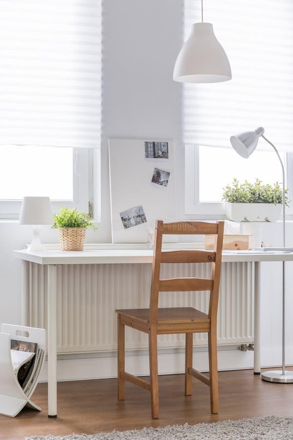 Escritorio blanco y silla de madera foto de archivo for Sillas de escritorio de madera