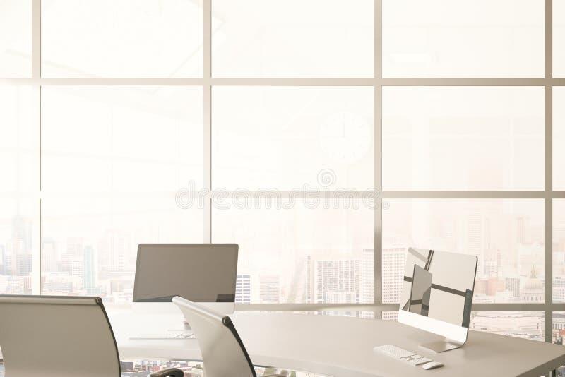 Escritorio con los ordenadores en oficina imagen de archivo
