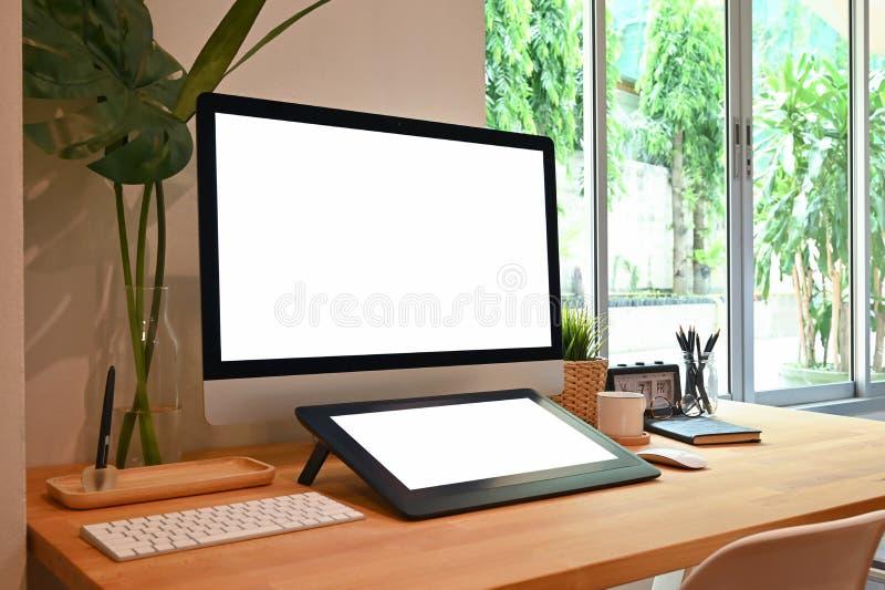 Escritorio creativo del espacio de trabajo de la vista lateral: Tabla del ordenador y de Digitaces de la maqueta con la placa del fotos de archivo libres de regalías