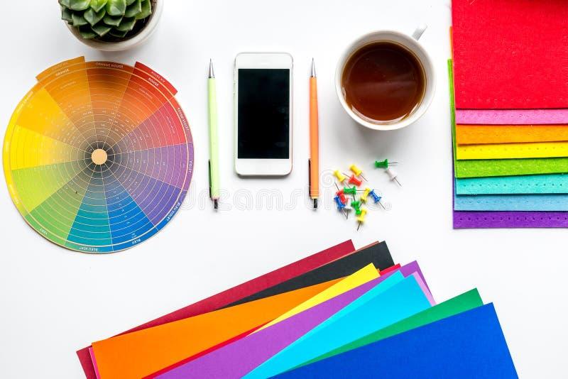 Escritorio creativo profesional del diseñador gráfico en la opinión superior del fondo blanco fotos de archivo