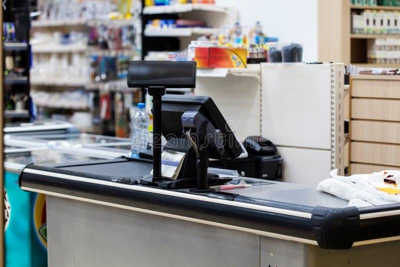 Escritorio de efectivo con el terminal en supermercado imágenes de archivo libres de regalías