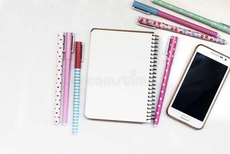 Escritorio de la tabla de la oficina con el sistema de efectos de escritorio o de fuentes de la oficina imágenes de archivo libres de regalías
