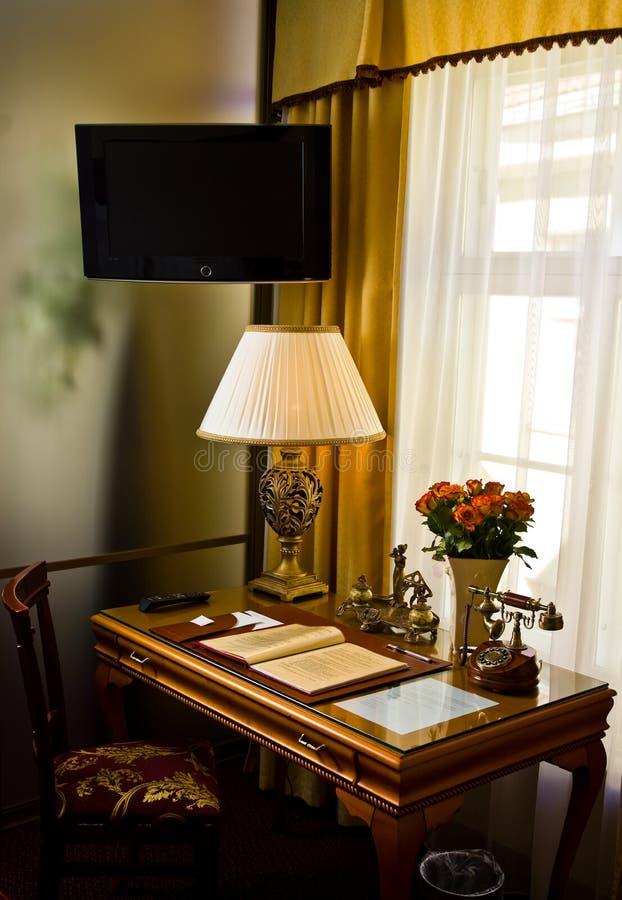 Escritorio de lujo en la habitación de hotel fotos de archivo
