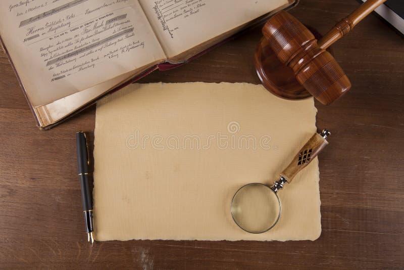 Escritorio de madera en un bufete de abogados foto de archivo libre de regalías