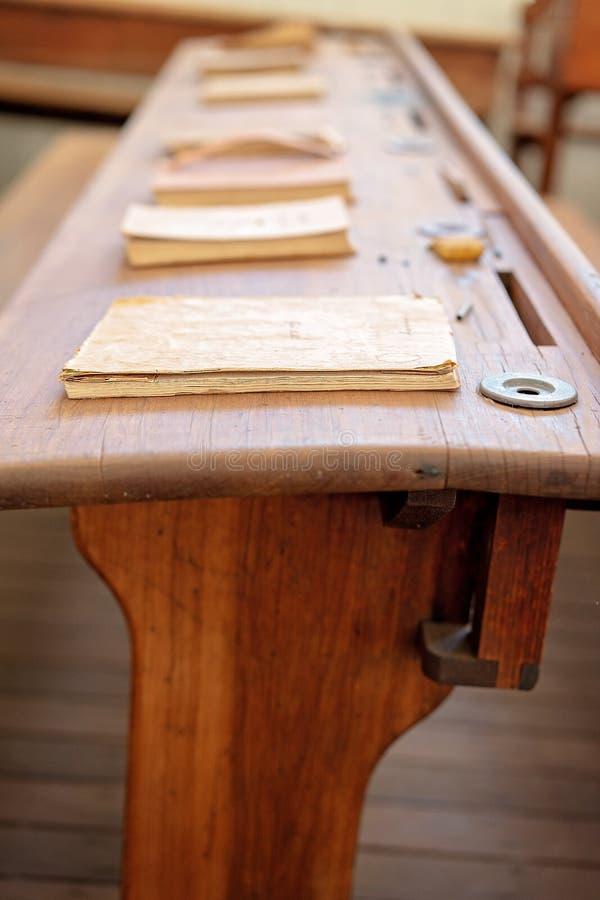 Escritorio de madera de la escuela del vintage con los libros fotografía de archivo libre de regalías