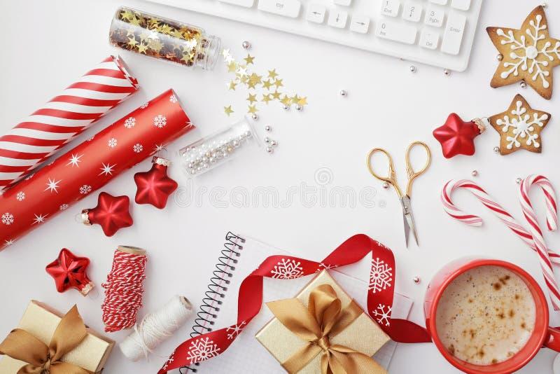 Escritorio de Ministerio del Interior de la Navidad con el ordenador, cuaderno, regalos, branc imágenes de archivo libres de regalías