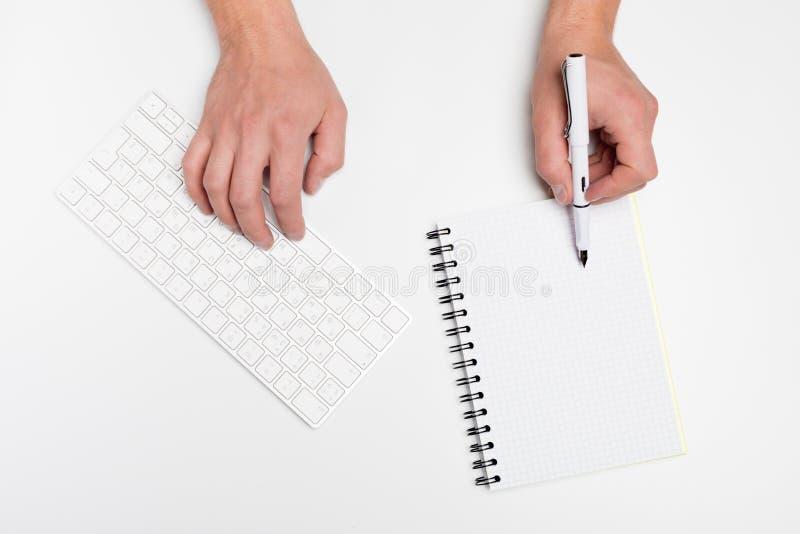 Escritorio de oficina blanco con el ordenador y las fuentes tabletop Visión superior con el espacio para su texto imágenes de archivo libres de regalías