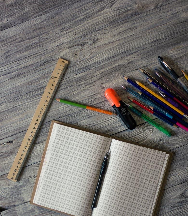 Escritorio de oficina de moda simple con los cuadernos, l?pices del color, etiquetas engomadas, clips Mesa de Ministerio del Inte fotos de archivo libres de regalías