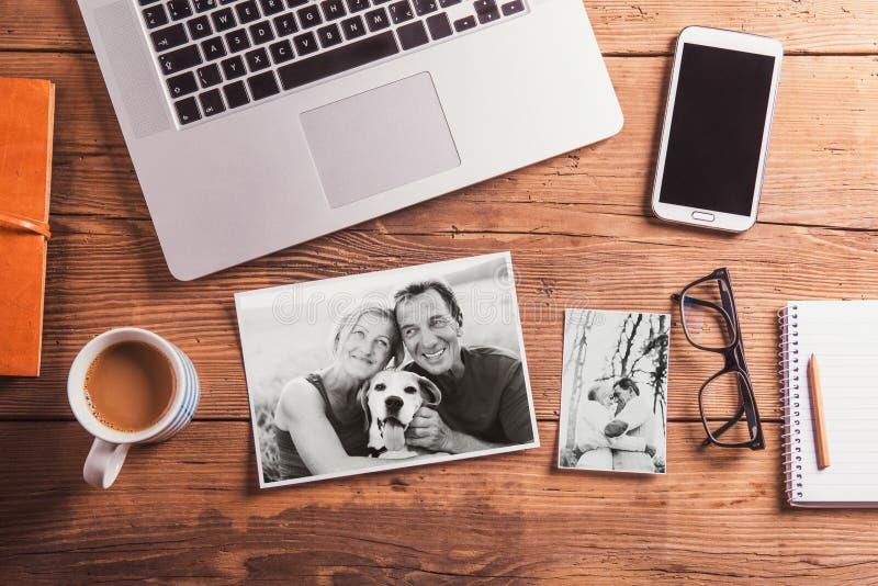 Escritorio de oficina Objetos y fotos blancos y negros de pares mayores fotos de archivo libres de regalías