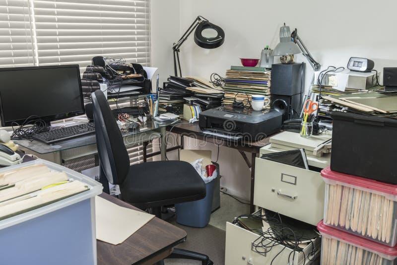 Escritorio de oficina ocupado estorbado sucio fotografía de archivo libre de regalías