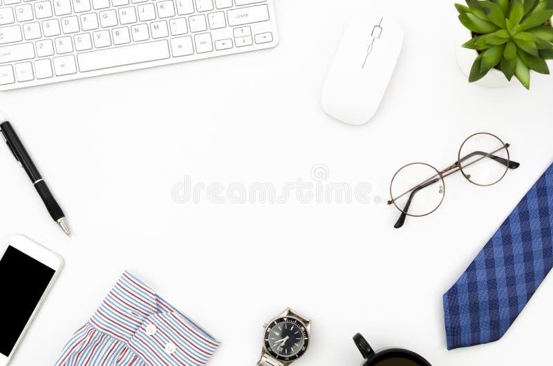 Escritorio de trabajo blanco de la endecha del plano con los accesoaries del ordenador portátil, del smartphone y de los hombres  foto de archivo