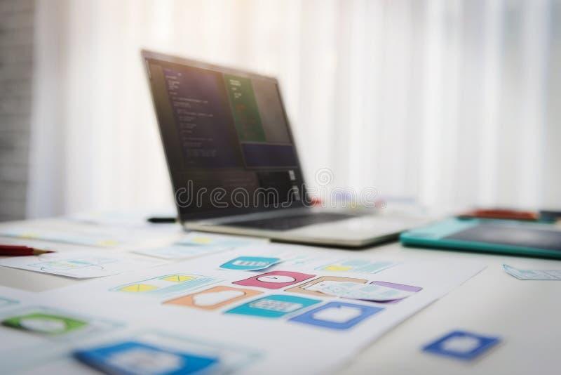 Escritorio de trabajo del teléfono móvil de las tecnologías del programador que se convierte con el uso del bosquejo en la tabla  imagen de archivo libre de regalías