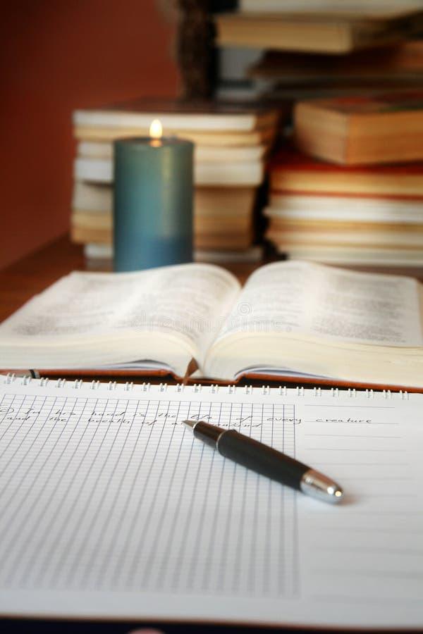 Escritorio del estudio de la biblia imagenes de archivo
