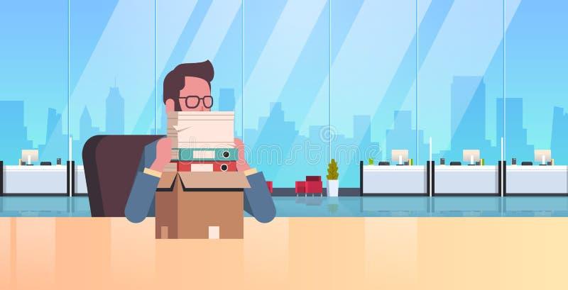 Escritorio del lugar de trabajo del hombre de negocios que se sienta con exceso de trabajo cansado con la tensión apilada del pa ilustración del vector