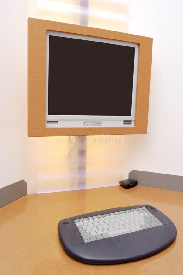 Escritorio del ordenador en un hotel imagen de archivo libre de regalías