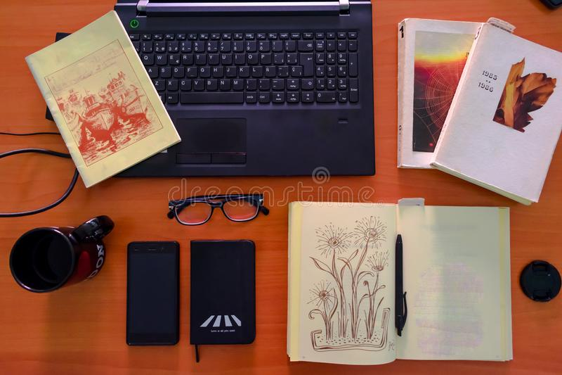 Escritorio del trabajo de la visión superior Escritorio de oficina con el ordenador, las fuentes y la taza de café fotos de archivo libres de regalías