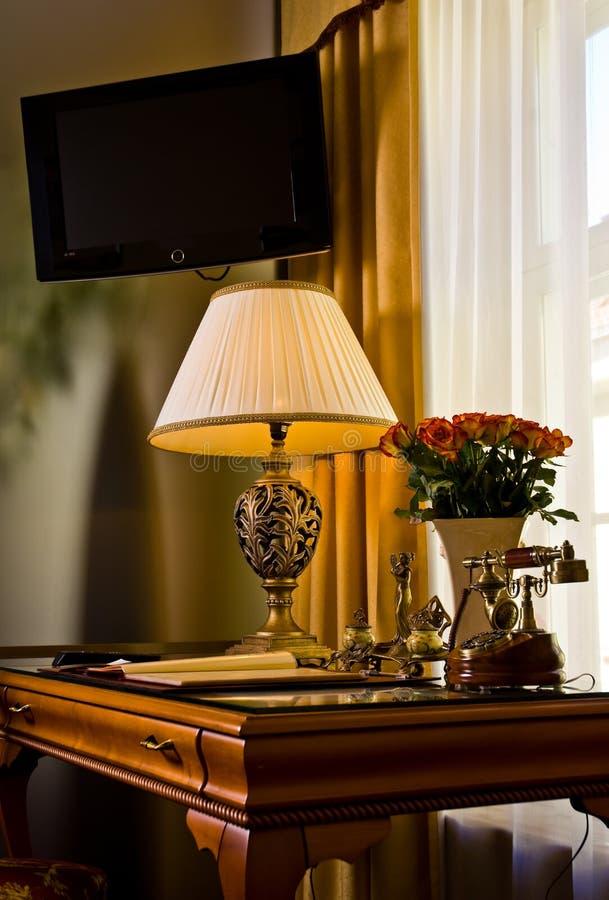 Escritorio elegante de la habitación de hotel foto de archivo