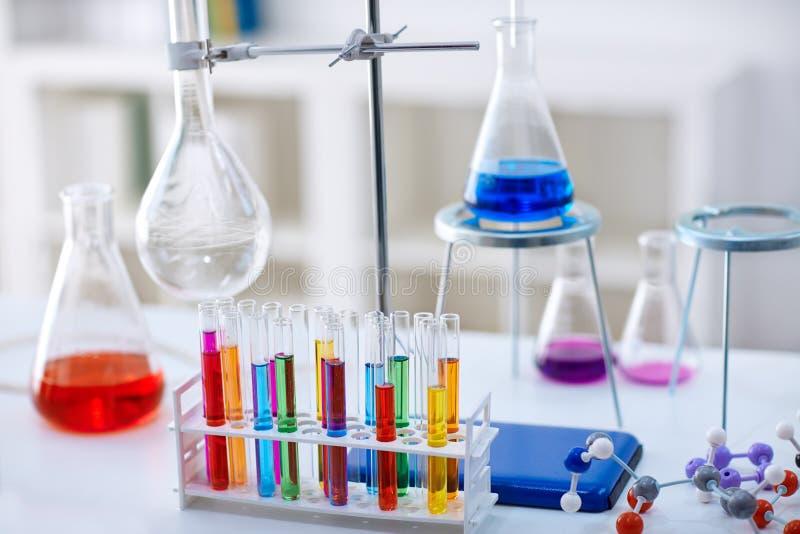 Escritorio en laboratorio de química con las muestras en tubos de ensayo fotos de archivo libres de regalías