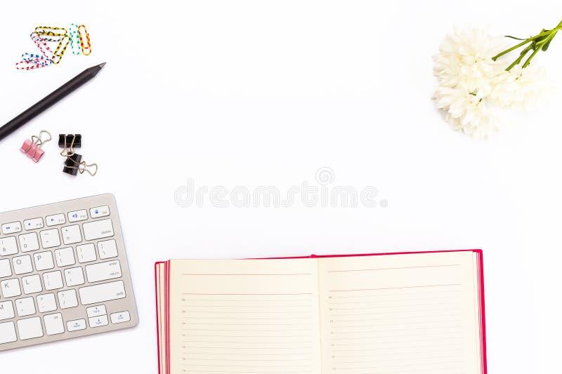 Escritorio en oficina con el teclado, lápiz, clips de papel coloreados, chrys imagenes de archivo