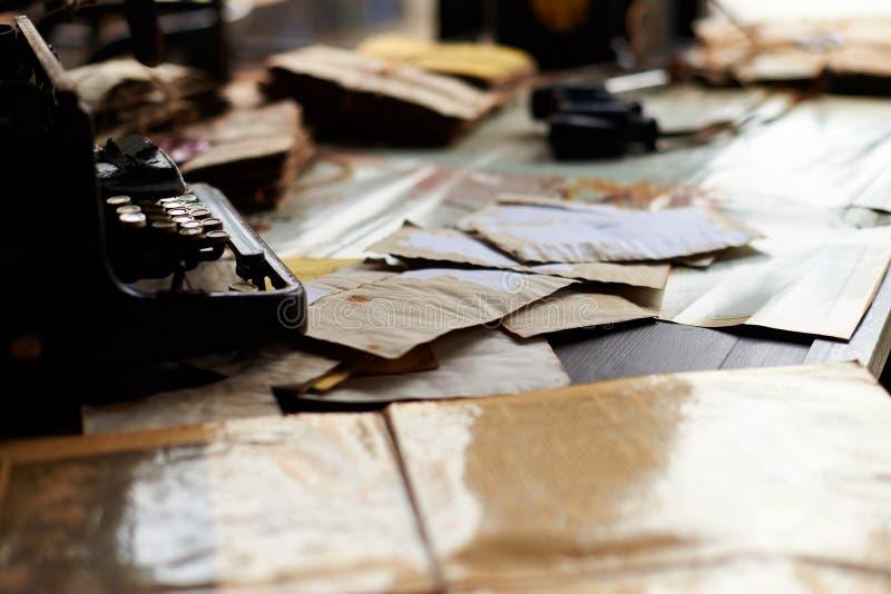 Escritorio en una oficina militar vieja imagen de archivo