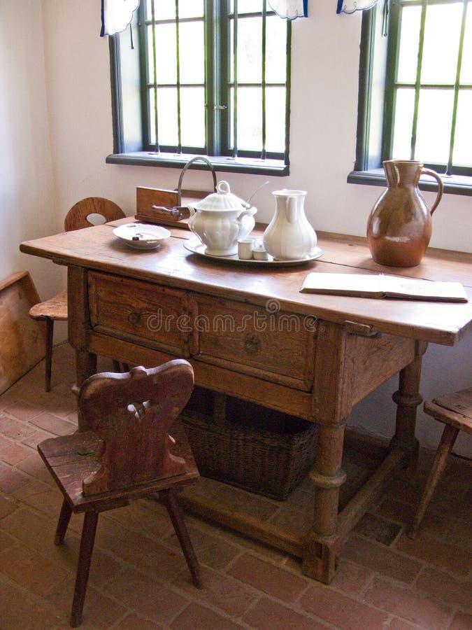 Escritorio o tabla viejo en casa campesina fotografía de archivo libre de regalías