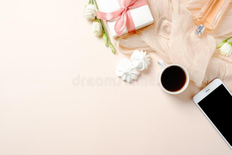 Escritorio plano de Ministerio del Interior de la endecha Espacio de trabajo femenino con la taza de café, el teléfono móvil, las fotos de archivo
