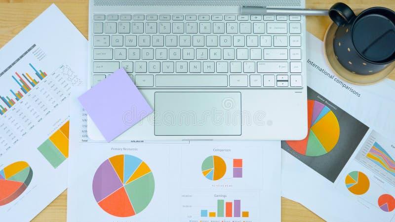 Escritorio vacío, gráficos y ordenador moderno de la pantalla táctil de arriba imagen de archivo
