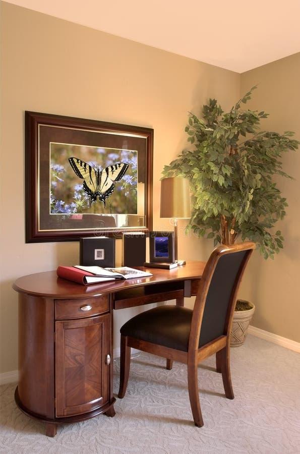 Escritorio y silla interiores de oficina imagen de archivo for Escritorio y silla de oficina