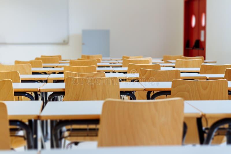 Escritorio y sillas en sala de clase imagen de archivo