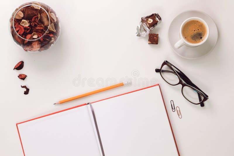 Escritorio y tabla blancos mínimos y modernos imagen de archivo