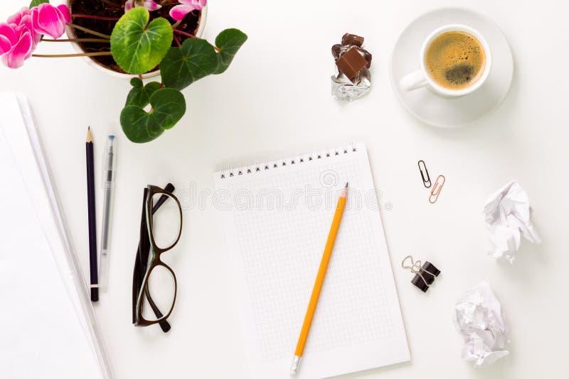 Escritorio y tabla blancos mínimos y modernos imagenes de archivo