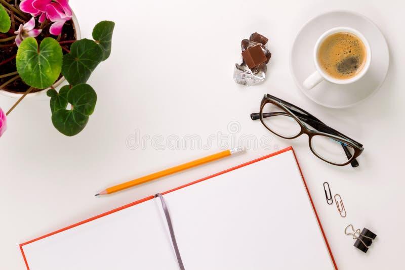 Escritorio y tabla blancos mínimos y modernos fotografía de archivo