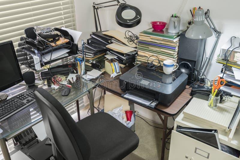 Escritorio y tabla sucios de oficina fotografía de archivo