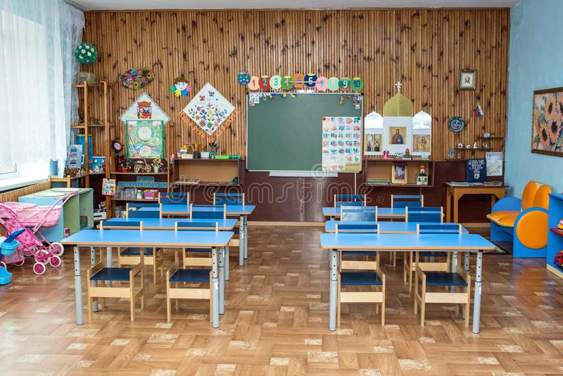 Escritorios de la escuela en escuela primaria imagen de archivo