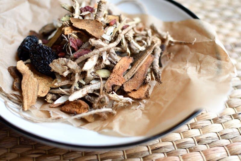 Escritura china de la medicina tradicional Infusión de hierbas con las azufaifas, las bayas del goji, las raíces del gingseng y o fotografía de archivo