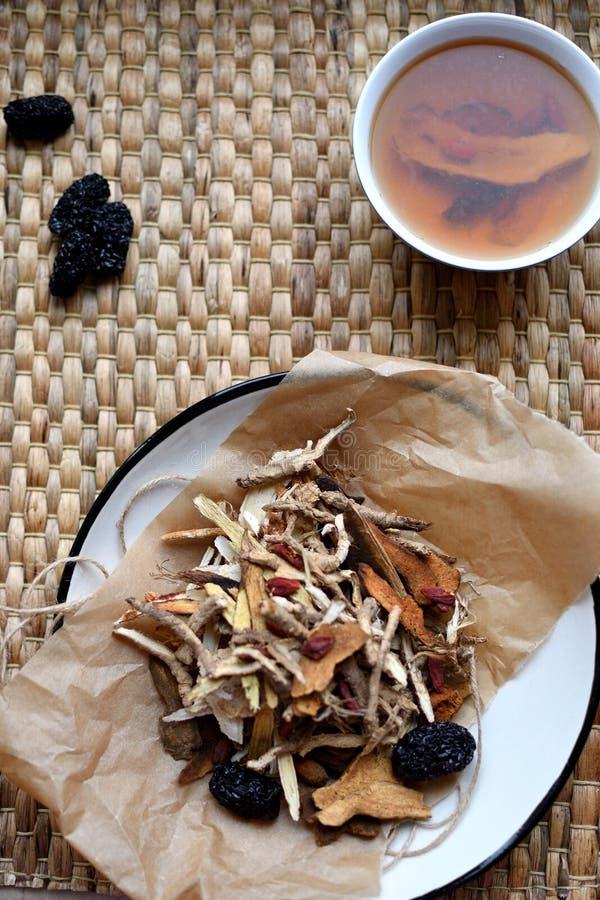 Escritura china de la medicina tradicional Infusión de hierbas con las azufaifas, las bayas del goji, las raíces del gingseng y o fotografía de archivo libre de regalías