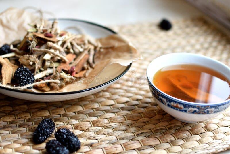 Escritura china de la medicina tradicional Infusión de hierbas con las azufaifas, las bayas del goji, las raíces del gingseng y o imagenes de archivo