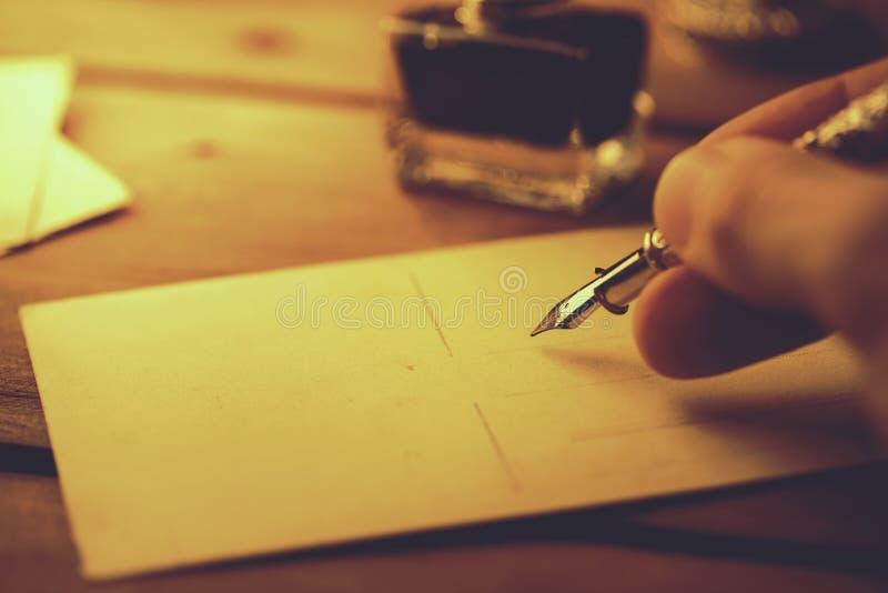 escritura con la pluma y la tinta de canilla imágenes de archivo libres de regalías