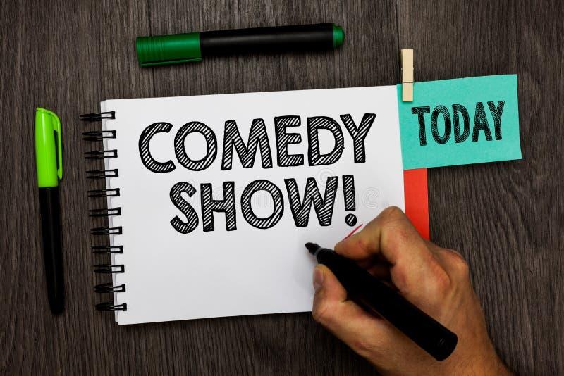 Escritura conceptual de la mano que muestra a la comedia Foto del negocio que muestra el medio graciosamente chistoso del program imagen de archivo