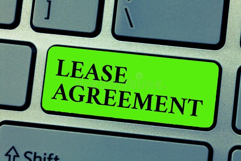 Escritura conceptual de la mano que muestra el contrato de alquiler El contrato del texto de la foto del negocio en los términos  fotos de archivo