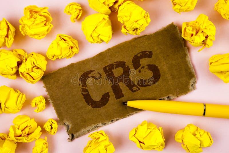 Escritura conceptual de la mano que muestra el CRS Estándar común de la información del texto de la foto del negocio para compart fotos de archivo