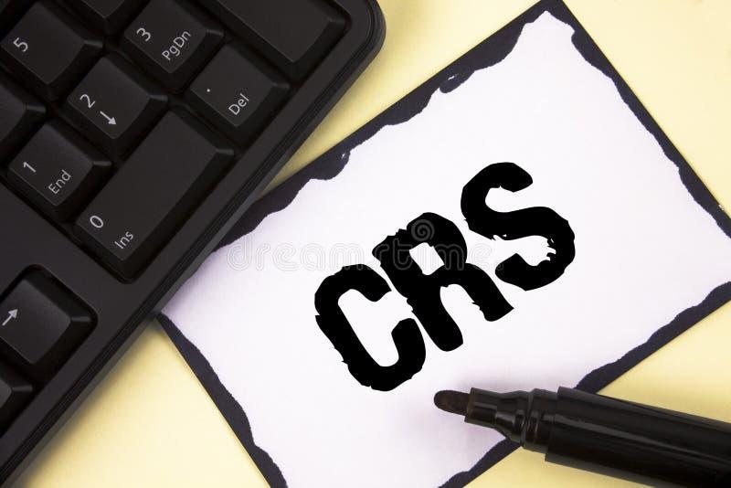 Escritura conceptual de la mano que muestra el CRS Estándar común de la información del texto de la foto del negocio para compart fotos de archivo libres de regalías