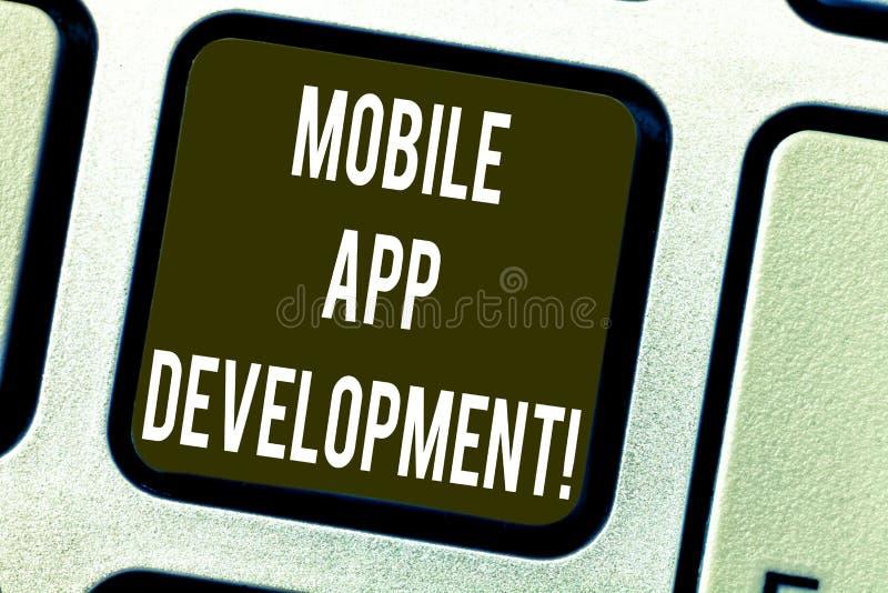 Escritura conceptual de la mano que muestra el desarrollo móvil del App Procedimientos del texto de la foto del negocio implicado imagenes de archivo