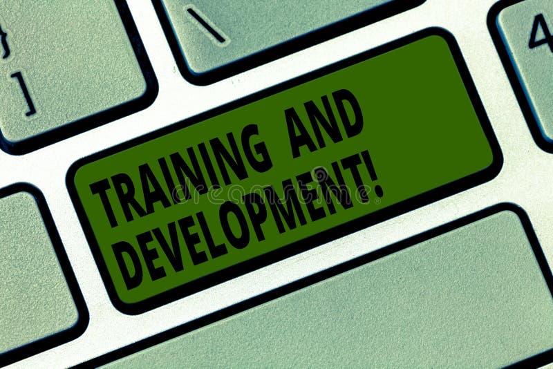Escritura conceptual de la mano que muestra el entrenamiento y el desarrollo Mejora de organización constante del texto de la fot libre illustration