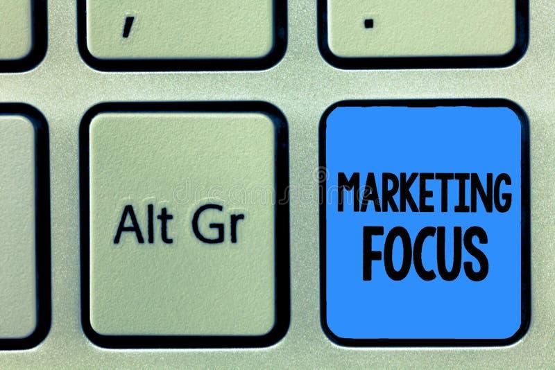 Escritura conceptual de la mano que muestra el foco de márketing Texto de la foto del negocio que entiende sus clientes y sus nec imagen de archivo libre de regalías