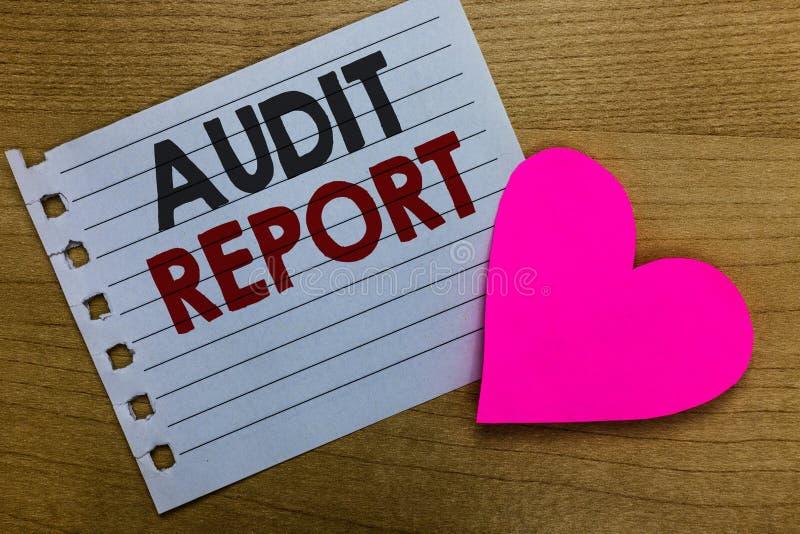 Escritura conceptual de la mano que muestra el informe de auditoría Foto del negocio que muestra una valoración de la situación f foto de archivo