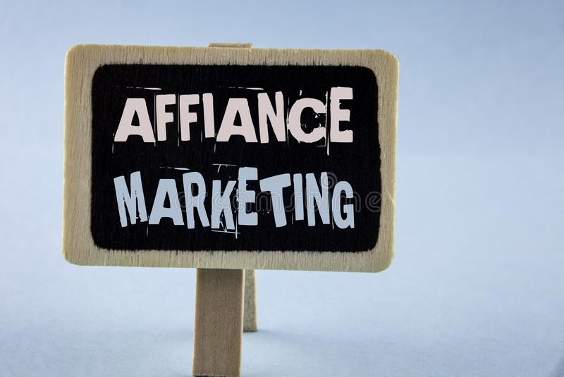 Escritura conceptual de la mano que muestra el márketing del Affiance Foto del negocio que muestra uniéndose a dos o más compañía fotografía de archivo