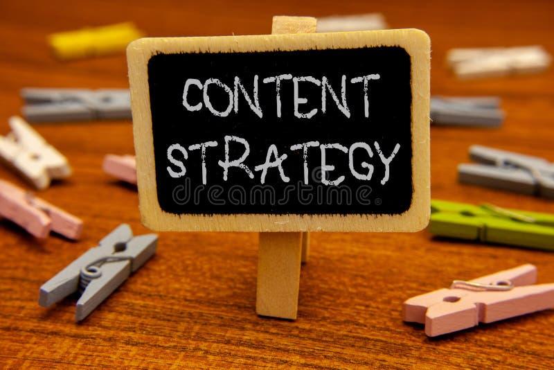 Escritura conceptual de la mano que muestra estrategia contenta Plan de márketing de exhibición del sitio web de Internet de la r fotos de archivo libres de regalías